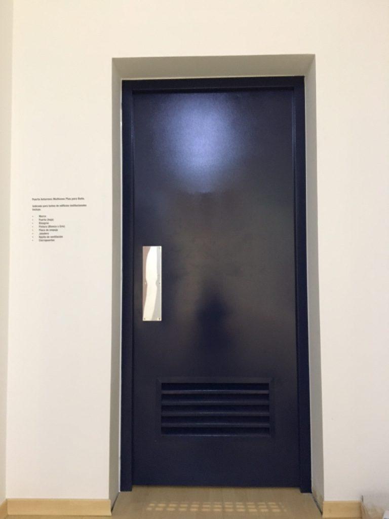 Puerta Asturmex MultiUsos Plus para baño con rejilla de 600x300 jaladera y placa de empuje